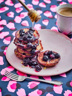 EburyPublishing_GabbyAllen-ShapeUp_Recipes-Breakfast-BlueberryProteinPancakes_31075